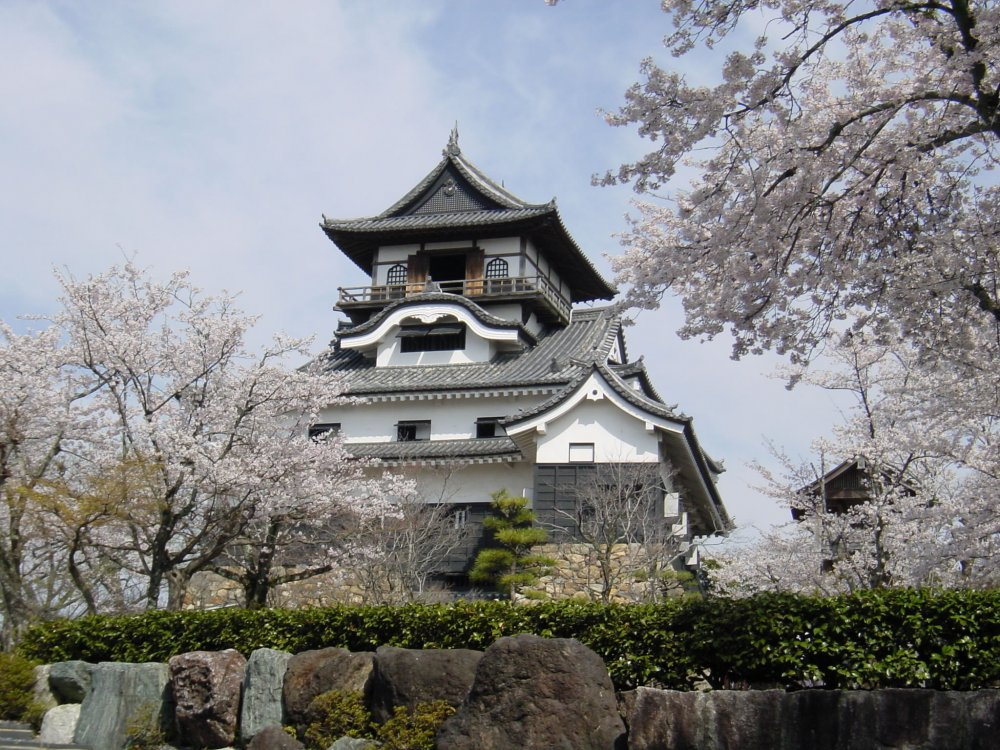 National Treasure Inuyama Castle and the Castle Town